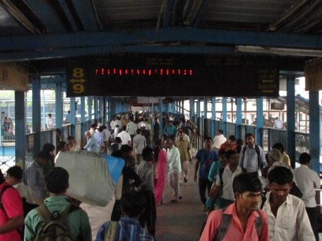 Tumulto de gente en una de las estaciones de tren