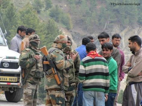 Militares ordenando la espera