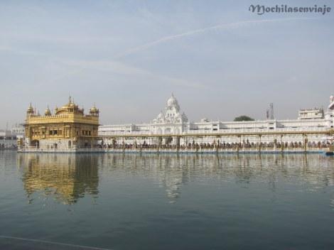 Vista del Golden Temple con la gente haciendo fila para entrar