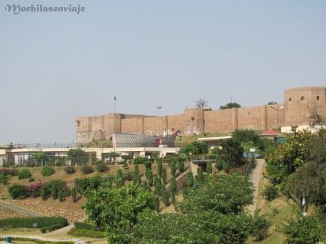 Vista del fuerte de Jammu, con el acuario adelante.