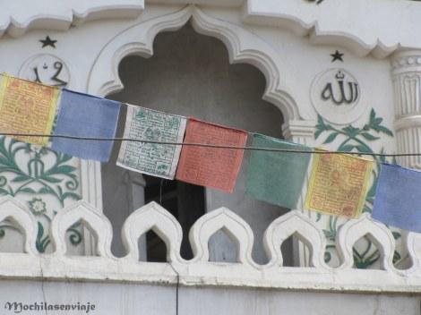 Y las mezquitas se mezclan con las banderas de colores