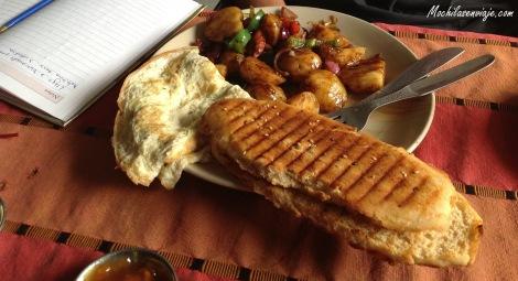 Omellete, papas con verduras y tostadas de manteca y mermelada.