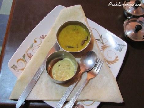 Masala Dosa - Panqueque relleno de verduras o queso acompañado de salsas (chutney de mango y una salsa picante)