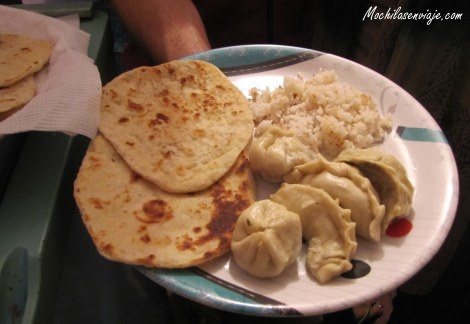 Momos, yellow dal and cheese garlic naan -Momos de espinaca, arroz con lentejas y pan de ajo relleno con queso