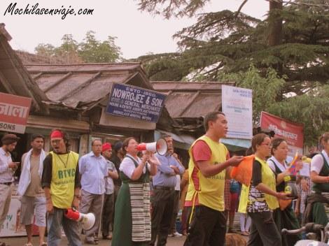 Voluntarios tibetanos pidiendo donaciones