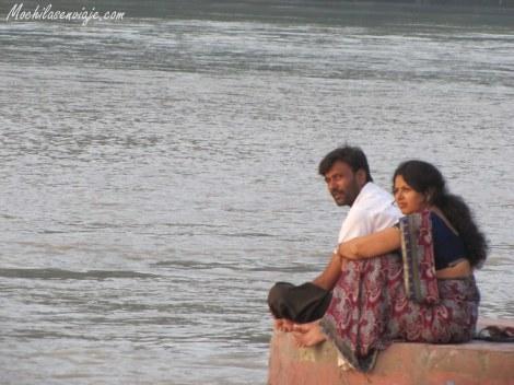 Pareja de indios disfrutando del viento fresco que soplaba del río.