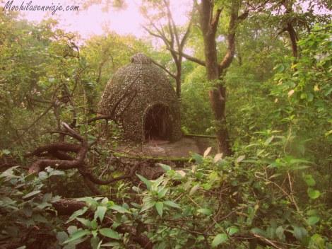 Encontramos varios domos de meditación esparcidos por el bosque