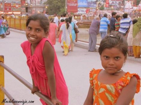 En Haridwar. Niñas que nos pedían que le saquemos fotos para después verlas.