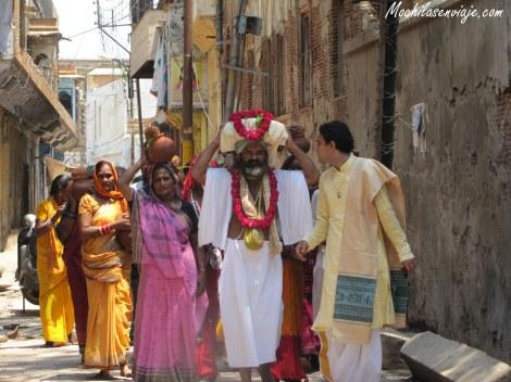 Grupo de devotos en una pequeña procesión