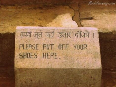 Por favor sáquese los zapatos antes de leer.