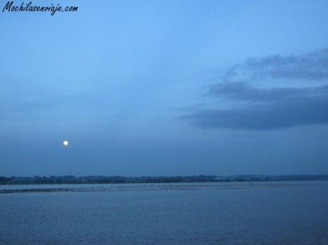 Con la luna llena, el Ganges todavía tiene más misticismo.