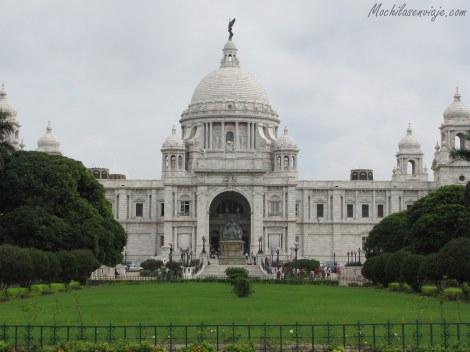 Victoria Memorial. Construido de mármol blanco, parecido al capitolio en Washington.
