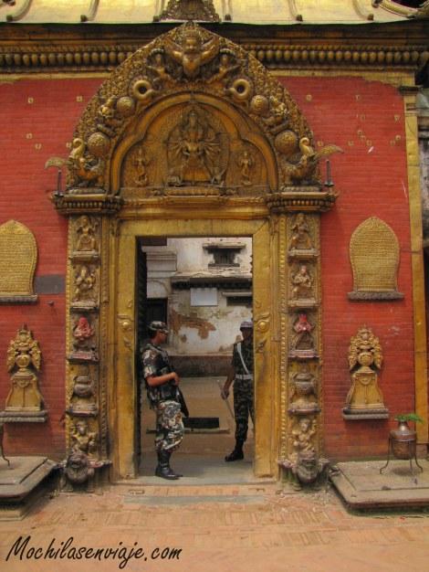 Una puerta de oro bien custodiada
