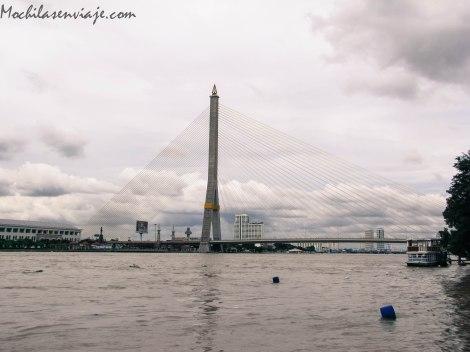 El río Chao Phraya, con un impresionante puente