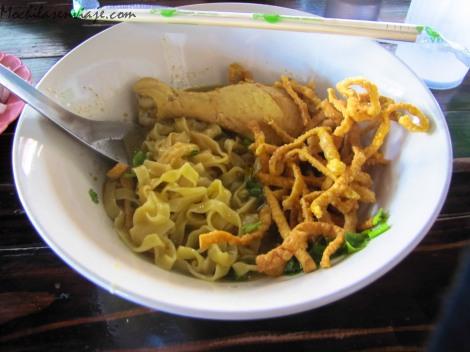 Khao Soi, una sopa típica del norte. Lo mejor: La patita del pollo.