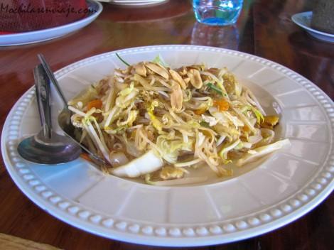Pad Thai - El plato típico: Noodles, brotes de soja, alguna que otra verdurita (o carne) y el condimento ideal, maní.