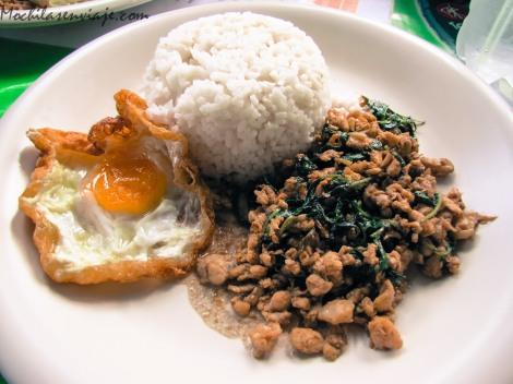 Una variente del curry de pollo, con arroz y huevo frito.