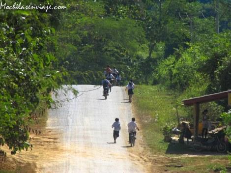 Por suerte los niños de Nong Khiaw no se enteraron de que el tiempo vuela.