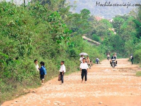 Nenes yendo a la escuela