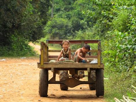 """Camino a la cueva, estos dos nenitos nos pararon al grito de """"money, money"""""""