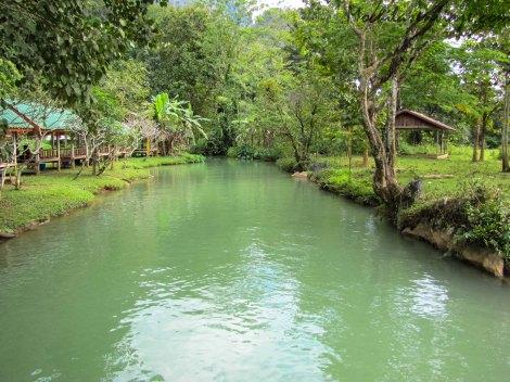 El agua turquesa del río, muy cerca de la cueva